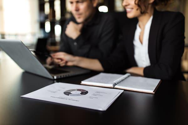 Ergebnisauswertung der Mitarbeiterbefragung am Laptop